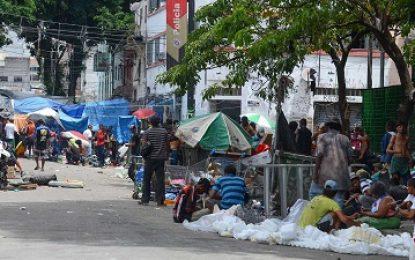 Após decisão da Justiça, famílias desocupam prédio na Cracolândia
