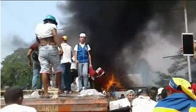 Resultado de imagem para Opositores de Maduro incendeiam veículo militar venezuelano